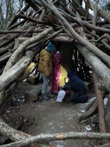 Holztipi mit Kindern