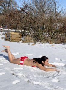 Frau macht Schneebaden
