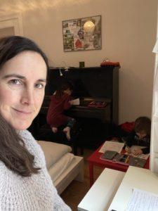 Frau mit zwei Kindern im Homeoffice