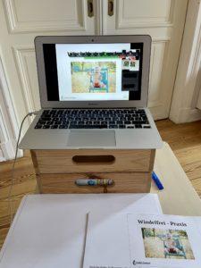 aufgeklappter Laptop auf einem Tisch und Kursunterlagen