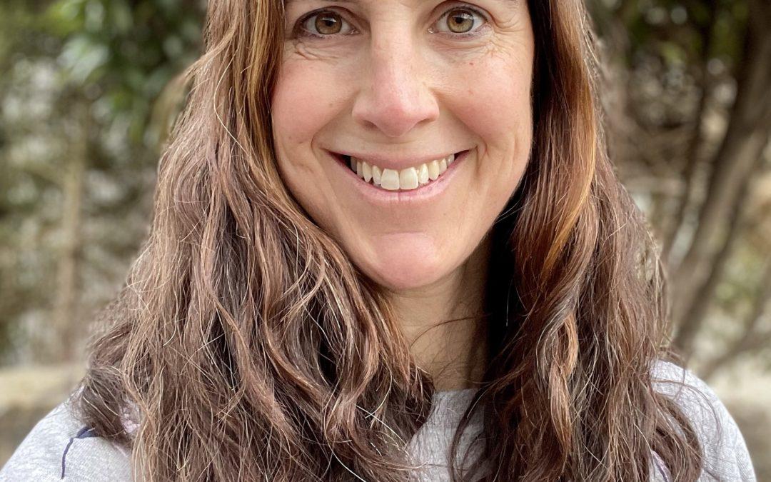 Frau mit braunen, gewellten, langen Haaren