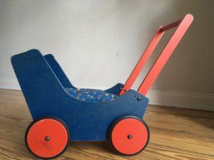 blau-roter Puppenwagen