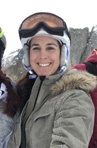 Frau mit Skibrille und Helm