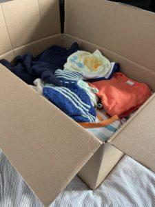 Kiste mit Babykleidung