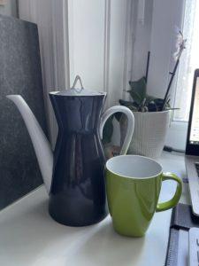 Teekanne und grüne Tasse