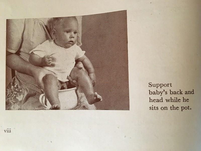 Baby wird über ein Töpfchen gehalten