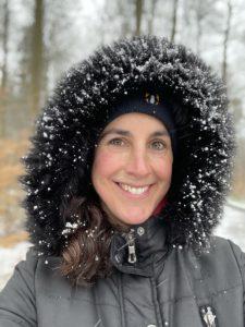 Frau mit Schnee in der Mütze