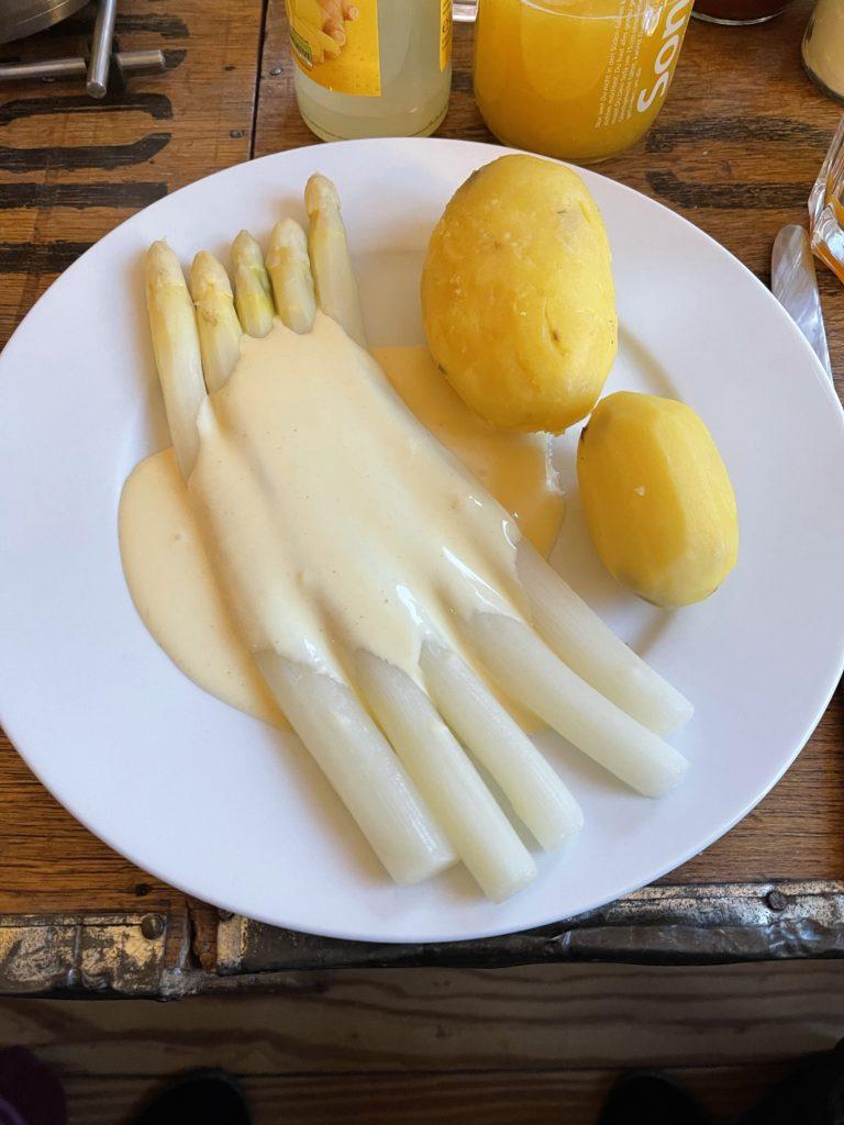 Kartoffeln und Spargel mit Hollandaise