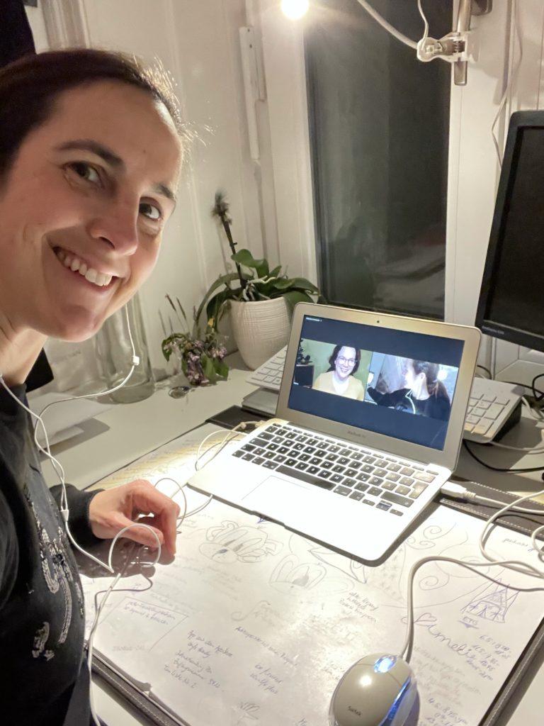 Frau im Videocall