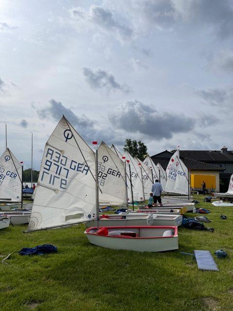 Segelboote auf Wiese