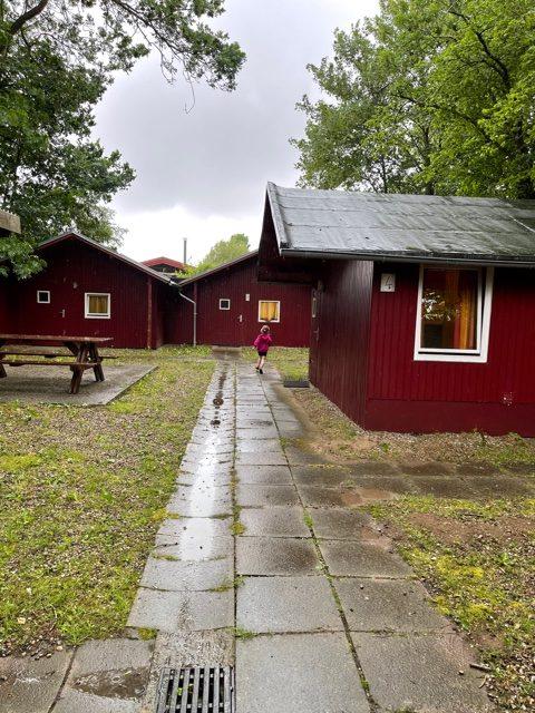 rote Holzhütten
