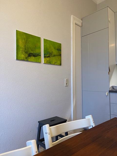 grüne Bilder an Wand