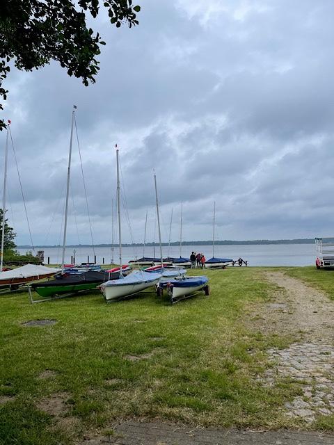 Boote auf Wiese am Wasser