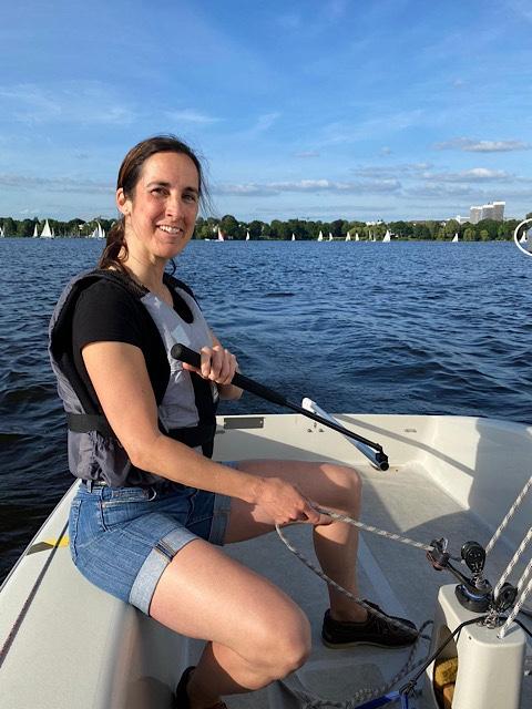 Frau auf Segelboot