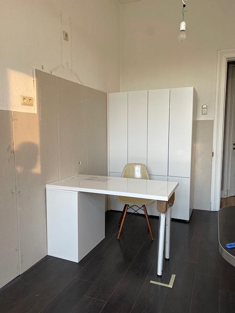 Zimmer mit Schreibtisch