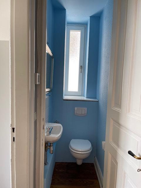 blauer Toilettenraum