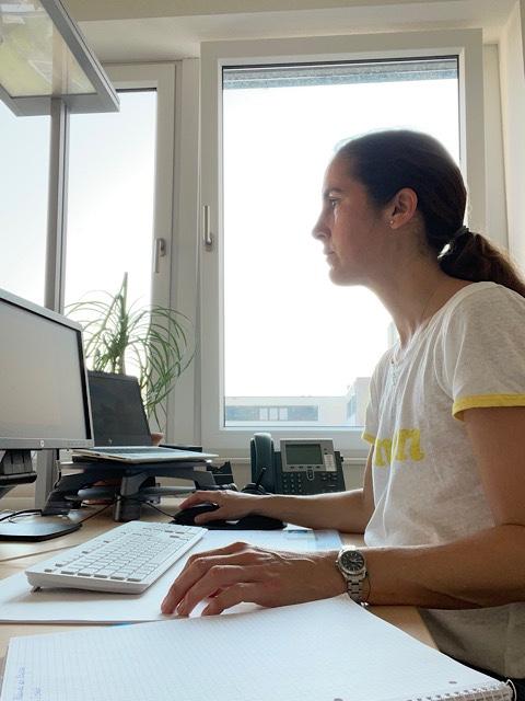 Frau im Büro am Schreibtisch