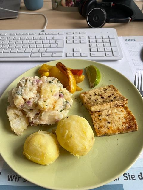 Mittagessen auf Schreibtisch