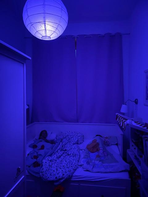 Blau-lila Zimmerbeleuchtung