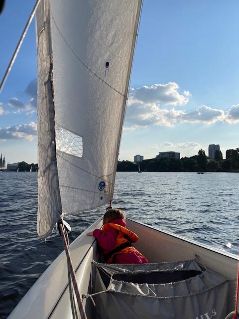Kind im Segelboot