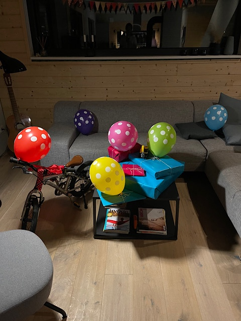Geburtstagstisch mit Luftballons