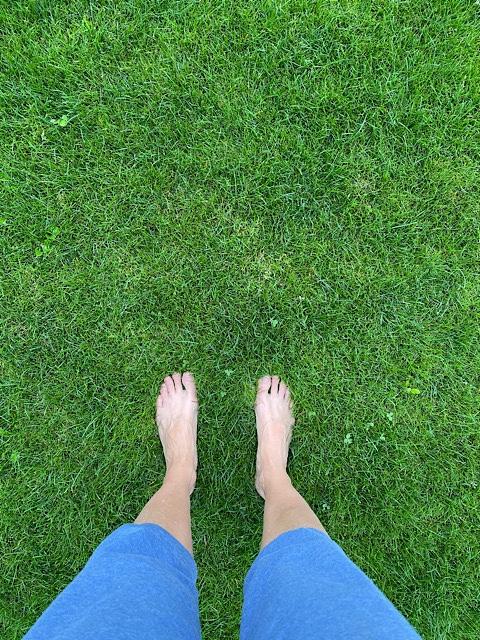 Barfuß über den Rasen