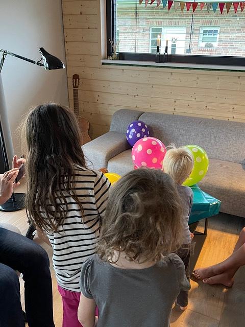 Kinder am Geschenketisch
