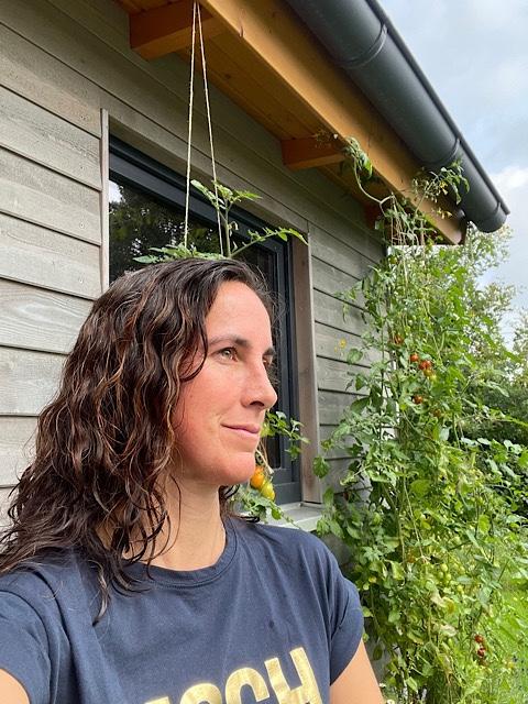 Frau vor Gartenhaus
